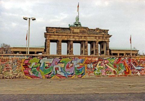 Brandenburger_Tor_November_1989_filtered.jpg